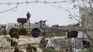 Soldados egípcios patrulham a fronteira do Egito em Rafah.