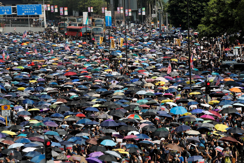 2019年10月20日,香港示威者無視警方禁令,堅持集會抗議。據估計,大約35萬人參加了集會活動。