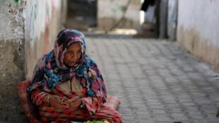 Una mujer palestina en el campo de refugiados de Jan Yunis, en el sur de la Franja de Gaza, este 10 de septiembre de 2018.