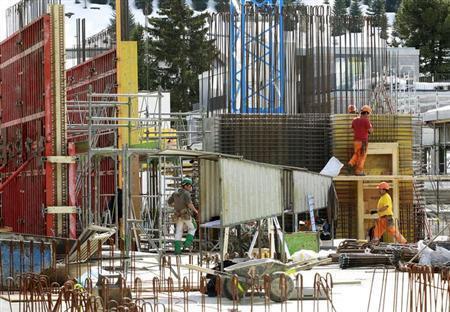 Trabalhadodes estrangeiros em uma construção de um hotel na cidade de Andermatt na Suiça. 16 de abril de 2013.