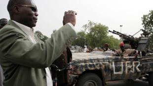 Une voiture portant l'insigne de l'UFR stationnée à Ndjamena, après que les autorités tchadiennes ont saisi armes et véhicules au mouvement rebelle (photo d'archive, mai 2009).