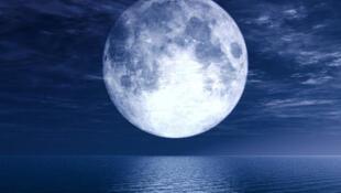 海上生明月图