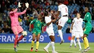 La Canadienne Buchanan bat la Camerounaise Ngo Ndom d'ue tête piquée et ouvre la marque.
