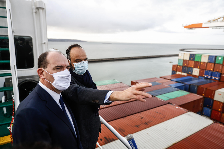 法廣存檔圖片 - Image d'archive RFI : le Premier ministre français Jean Castex avec son prédécesseur Édouard Philippe lors d'une visite du porte-conteneurs Jacques Saadé dans le port du Havre, le 22 janvier 2021.