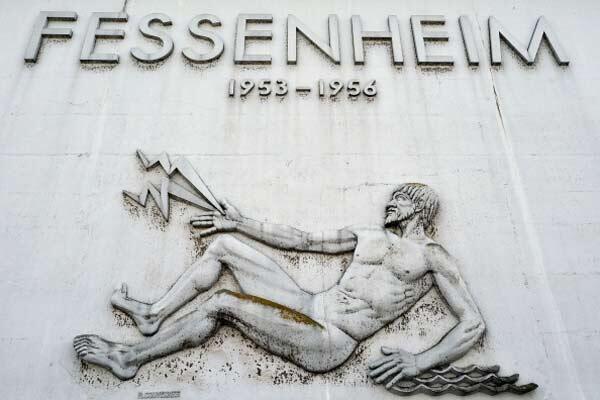 Le fronton de l'entrée du site nucléaire de Fessenheim, réalisé par Raymond Couvegnes, date de 1956 (France, est).