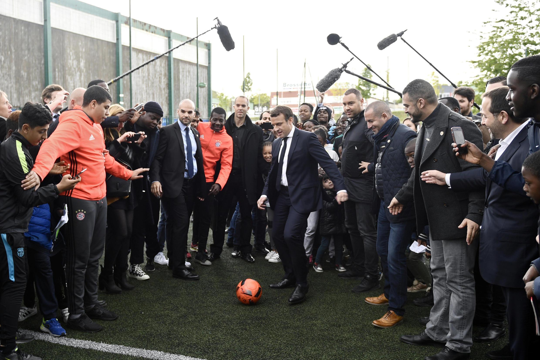 Emmanuel Macron vận động tại thị trấn Sarcelles-vùng Val d'Oise, nơi có đông người nhập cư và giới bình dân.