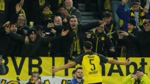 Achraf Hakimi jubile devant ses supporters du Borussia Dortmund.