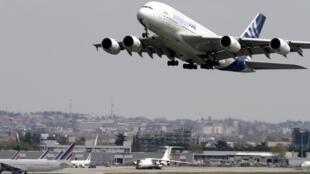Un Airbus A380 décolle de l'aéroport de Toulouse-Blagnac pour un vol test , le 19 avril 2010.