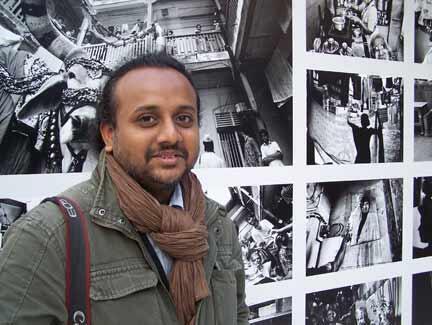 L'Indien Atul Loke devant sa série de photos sur l'habitat collectif