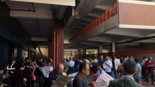 香港民众读阅新闻。