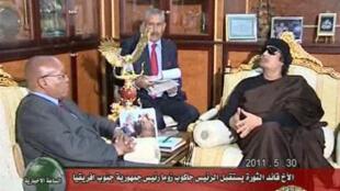 Президент ЮАР Джейкоб Зума и Муаммар Каддафи в Триполи 30 мая 2011.