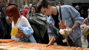 L'opération «Un livre, une rose» s'inspire de la tradition catalane Sant Jordi. Les Ramblas, Barcelone, le 23 avril 2018.