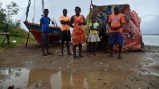 A família Desir espera poder ser levada para um abrigo antes da chegada do furacão Irma, no Cabo Haitiano, em 7 de setembro de 2017.