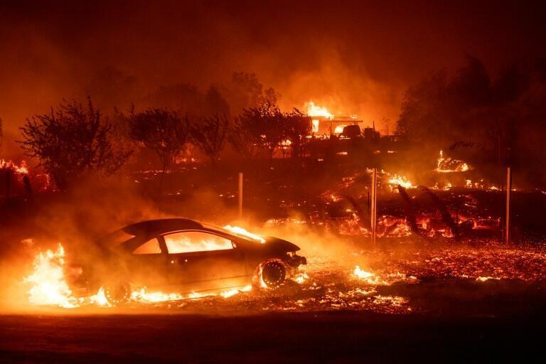 Casas y vehículos destruídos en Paradise, California.