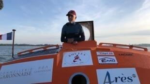 Jean-Jacques Savin, 72 anos, cruzou o oceano a bordo de um tonel com área de 6 metros quadrados.