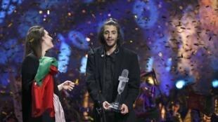 Ca sĩ Bồ Đào Nha Salvador Sobral (T), cùng người chị Luisa, tác giả ca khúc đoạt giải Eurovision 2017, vui mừng sau chiến thắng tại Kiev (Ukraina) ngày 13/05/2017.