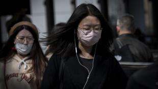 带着口罩的一个北京市民