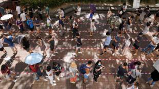 7月12日等待参加民主派香港立法会初选投票的民众