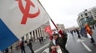 遊行的俄共成員揮舞旗幟要求誠實選舉