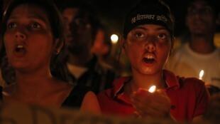 Lors d'une veillée organisée après la condamnation à mort de quatre hommes pour le viol et le meurtre d'une jeune femme de 23 ans, à New Delhi en décembre 2012.