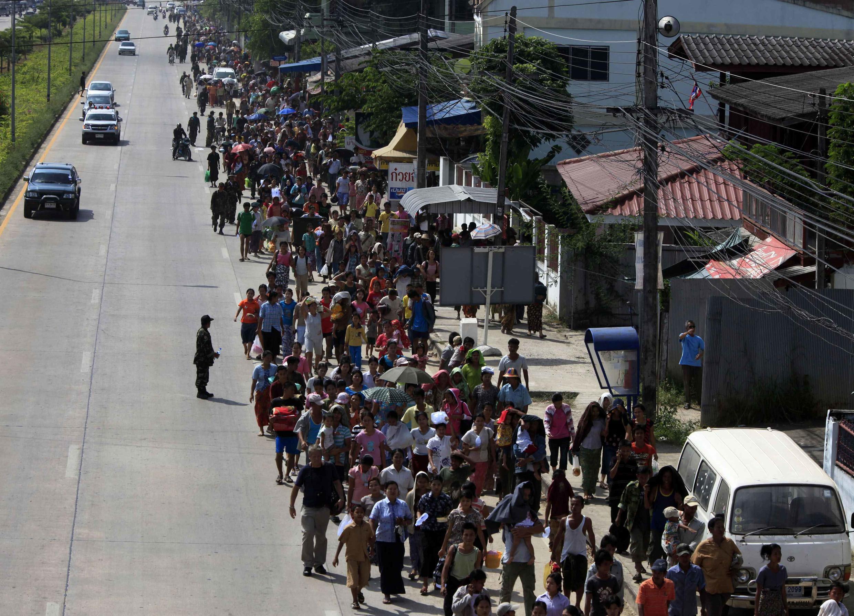 Pelo menos 10 mil de pessoas fogem de Mianmar para a Tailândia.