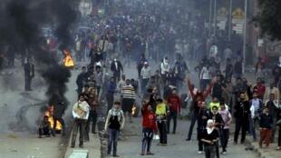 Manifestantes da Irmandade Muçulmana, pró-Mursi, durante violentos embates com a polícia egípcia, no Cairo, em foto do dia 20 de dezembro de 2013.