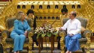 Ngoại trưởng Hillary Clinton tiếp kiến với Tổng thống Miến Điện Thein Sein ngày 1/12/2011.