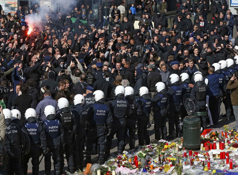 Manifestantes nacionalistas provocaram os belgas que prestavam homenagens às vítimas dos atentados de 22 de março, na Praça da Bolsa, em Bruxelas, neste domingo (27).