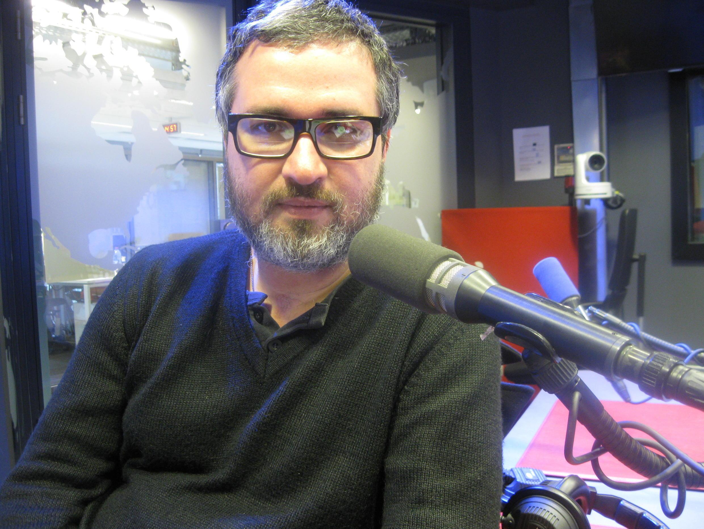 Fredi Casco en los estudios de RFI