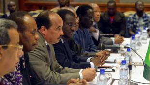 Le président mauritanien, président en exercice de l'Union africaine, Mohamed Ould Abdel Aziz, lors d'une réunion avec le lieutenant-colonel Zida et les leaders de l'opposition, chefs religieux et coutumiers, à Ouagadougou, le 10 novembre 2014.