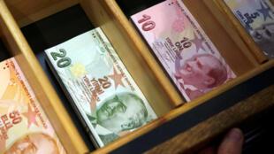 Турецкие лиры в пункте обмена валюты в Стамбуле