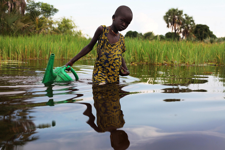 Au Soudan du Sud, une déplacée interne récupère de l'eau dans le Sud (marais), près de la ville de Nyal, le 19 août.