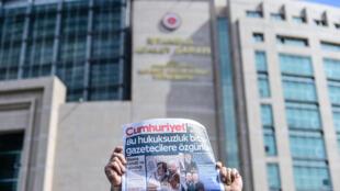 Báo đối lập Thổ Nhĩ Kỳ Cumhuriyet. Ảnh minh họa
