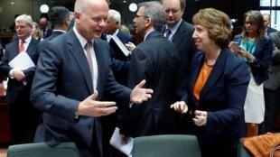 英外交大臣黑格与欧盟外交政策负责人阿什顿(右)在欧盟外长会议2013年8月21日布鲁塞尔