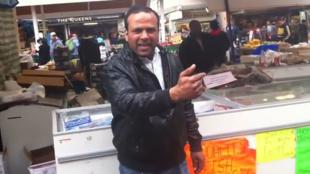 C'est par le biais d'une vidéo postée sur YouTube que ce vendeur pakistanais a signé un contrat chez Warner.