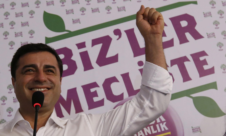 Selahattin Demirtas célèbre la victoire de son parti aux élections législatives turques, le 7 juin 2015.