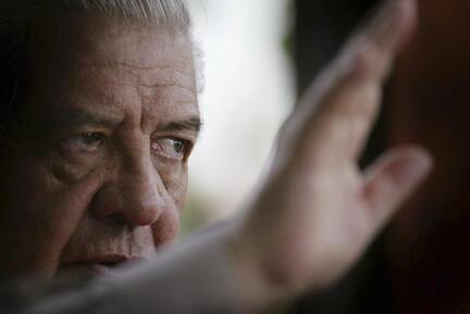 L'ancien cfeh de la DINA, le général Manuel Contreras, à son domicile à Penalolen en 2004.