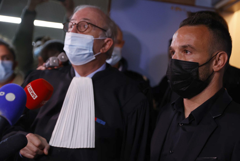 Le footballeur français  Mathieu Valbuena (Droite) et son avocat Maître Paul Albert Iweins (Gauche) au Tribunal de Versailles le 20 Octobre 2021