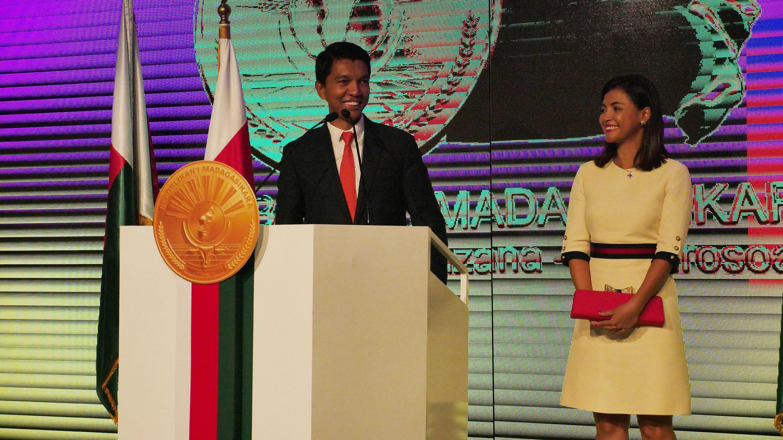 Andry Rajoelina e esposa, logo após confirmação da vitória das eleições presidencias, no Madagáscar, pelo Tribunal constitucional