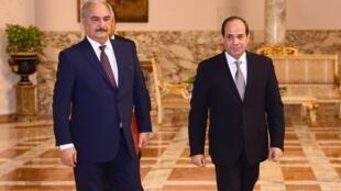 Le président égyptien Abdel Fattah al-Sissi et le maréchal libyen Khalifa Haftar, au palais présidentiel du Caire, le 14 avril 2019 (Photo d'illustration).