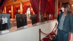 Primeira-dama francesa, Carla Bruni-Sarkozy, prepara o Palácio do Eliseu, sede do governo, para receber o público.