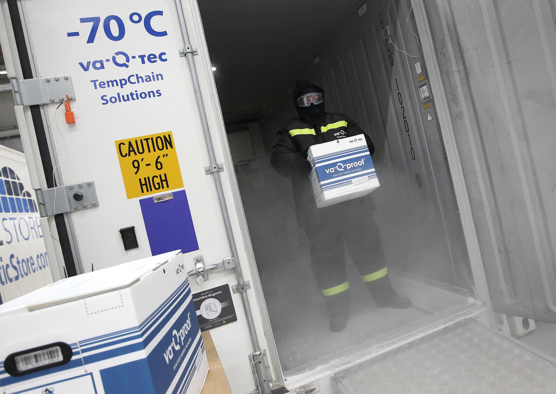 存档图片:美国辉瑞制药厂(Pfizer)与德国生物科技公司(BioNtech)联合研发的抗Covid-19病毒疫苗需要保持在摄氏零下70度。(-70°C)以下。 Image d'archive: Le vaccin Pfizer / BioNTech doit être conservé à une température glaciale de moins 70 degrés Celsius (moins 94 Fahrenheit).