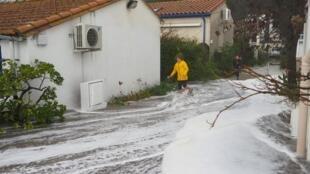O mar inundou ruas e invadiu casas de Argelès-sur-Mer, no litoral sudoeste da França.