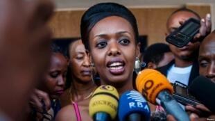 Mwanasiasa wa upinzani na mkosoaji mkubwa wa rais wa Rwanda Paul Kagame, Diane Shima Rwigara mbele ya waandishi wa habari mjini Kigali, Rwanda, Juni 20, 2017.