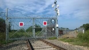 La clôture barbelée qui sépare la Hongrie de la Serbie pour empêcher tout migrant de passer.