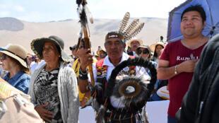 Des indiens Mapuche assistent à la messe en plein air célébrée par le pape François en visite au Chili, le 18 janvier 2018 près de Iquique.