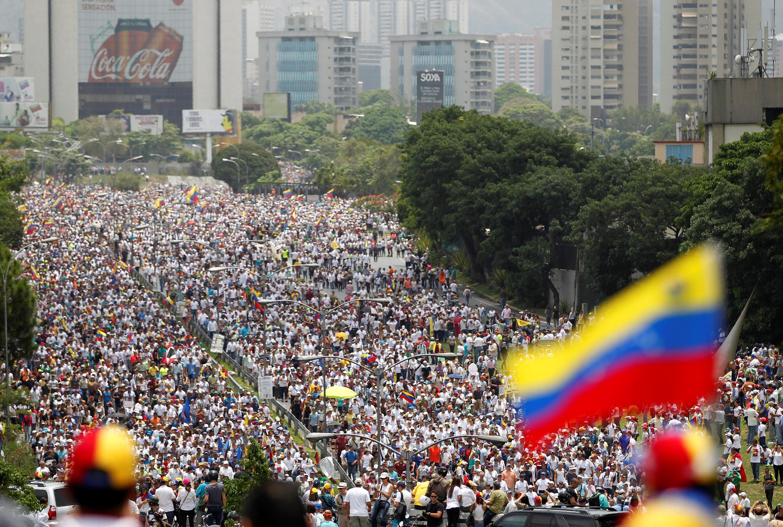 Maelfu ya  raia wa Venezuela wameandamana katika mji mkuu wa Caracas na katika miji mingine zaidi ya 20