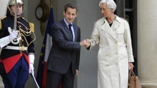 A diretora-geral do FMI Christine Lagarde e o presidente francês Nicolas Sarkozy, deixando o palácio do Elisée, neste sábado.