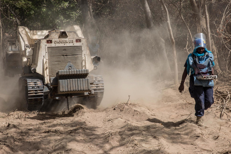 Six jours sur sept, la petite équipe d'Humanité et Inclusion, ex-Handicap International, démine la Casamance.