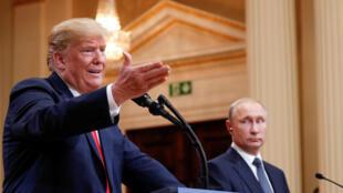 Donald Trump e Vladimir Poutine durante conferência de imprensa em Helsinque